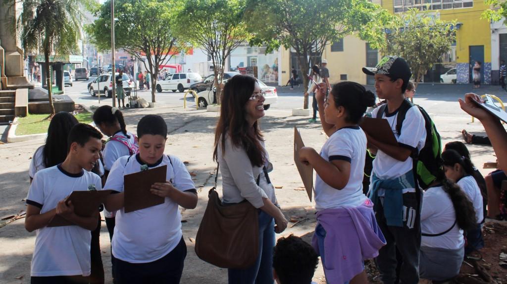 Em projeto sobre migração e preconceito, Rosely Honório estimula as crianças a compartilharem suas impressões sobre o território