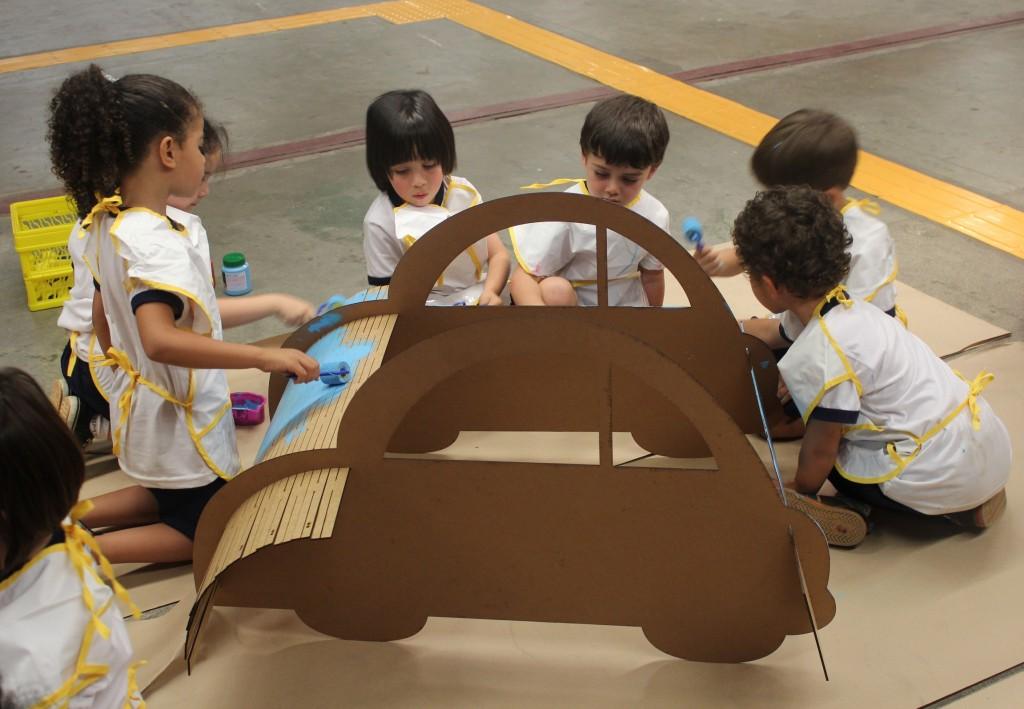 Os próprios alunos pintaram os carrinhos produzidos no Fab Lab Livre