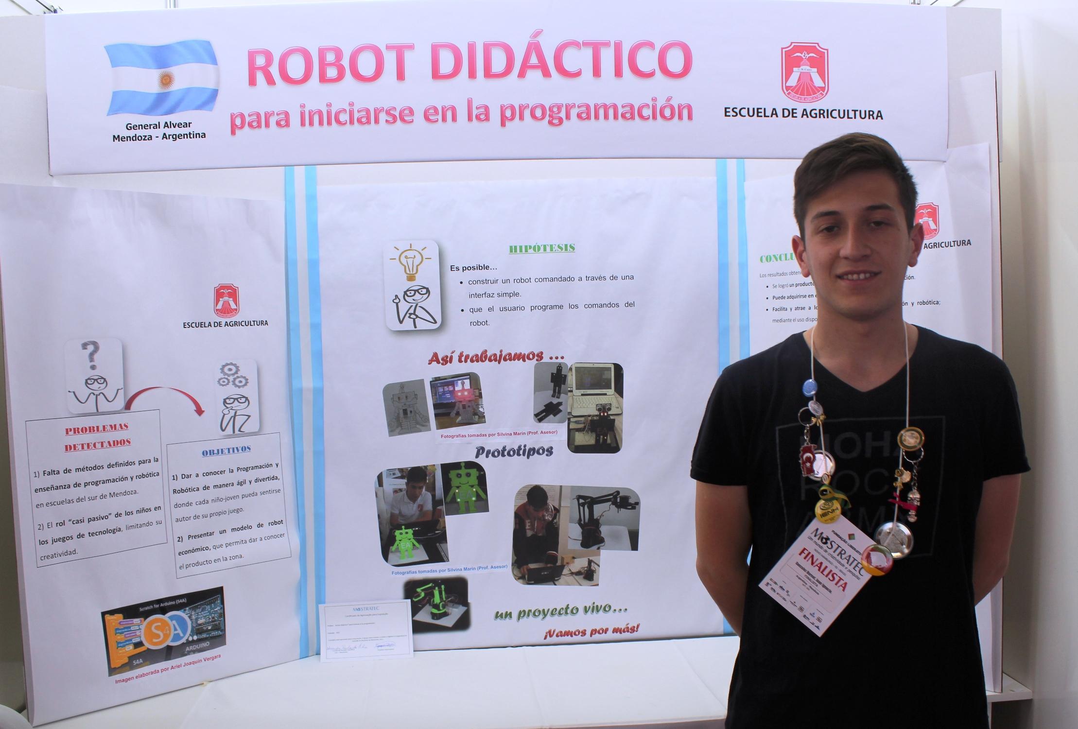 Juan González expõe seu protótipo de robô didático na Mostratec