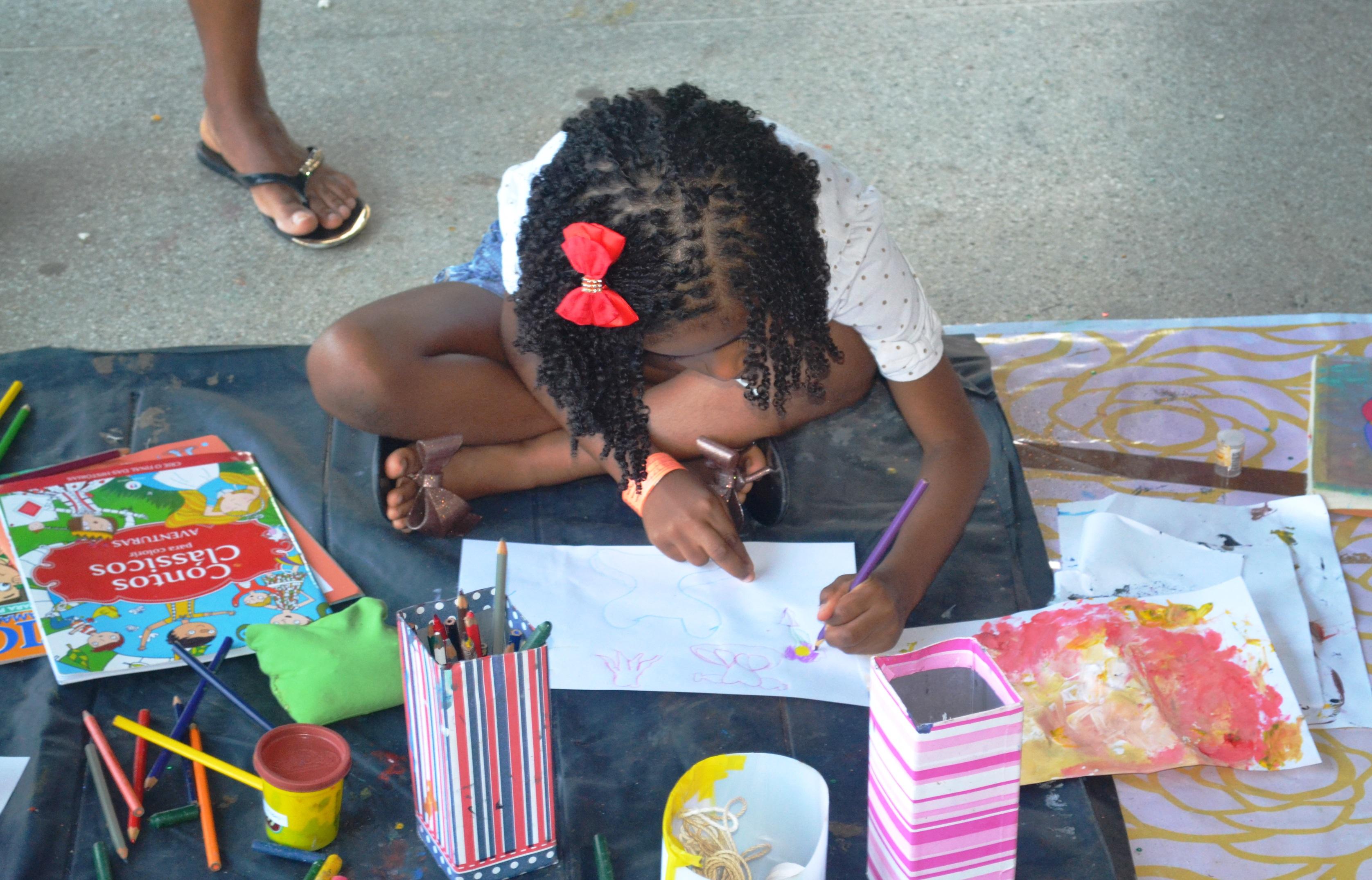 """No projeto """"Crianças na UFBA"""" as crianças se divertem com brincadeiras lúdicas, que resgatam a vivência de rua"""