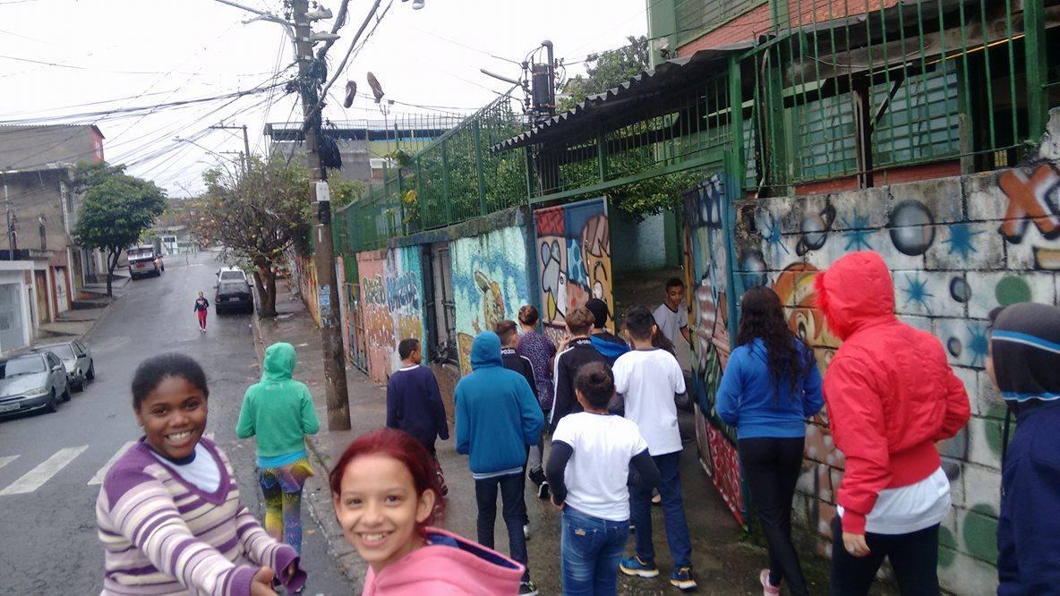 Alunos da EMEF Sebastião Francisco, o Negro, em caminhada para identificar os problemas das calçadas no entorno da escola