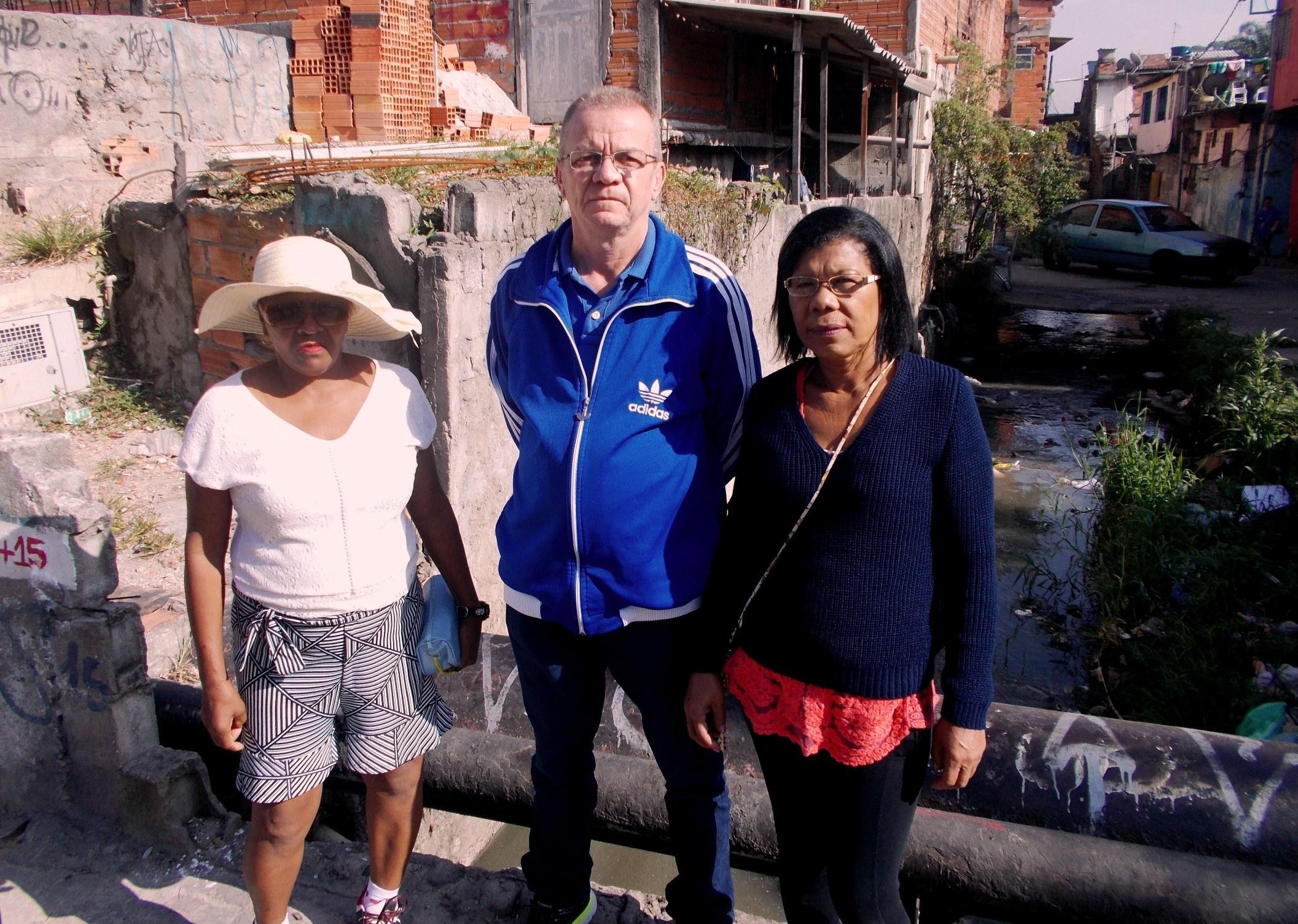 """Alunos do EJA particiapam de estudo do meio do projeto """"Um rio que passou em minha vida"""" e analisam o entorno do Córrego Zavuvus"""