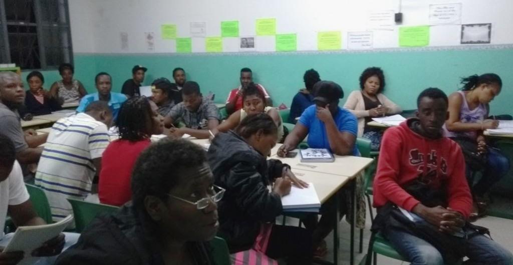 estudantes haitianos assistem aula no Cieja Perus.