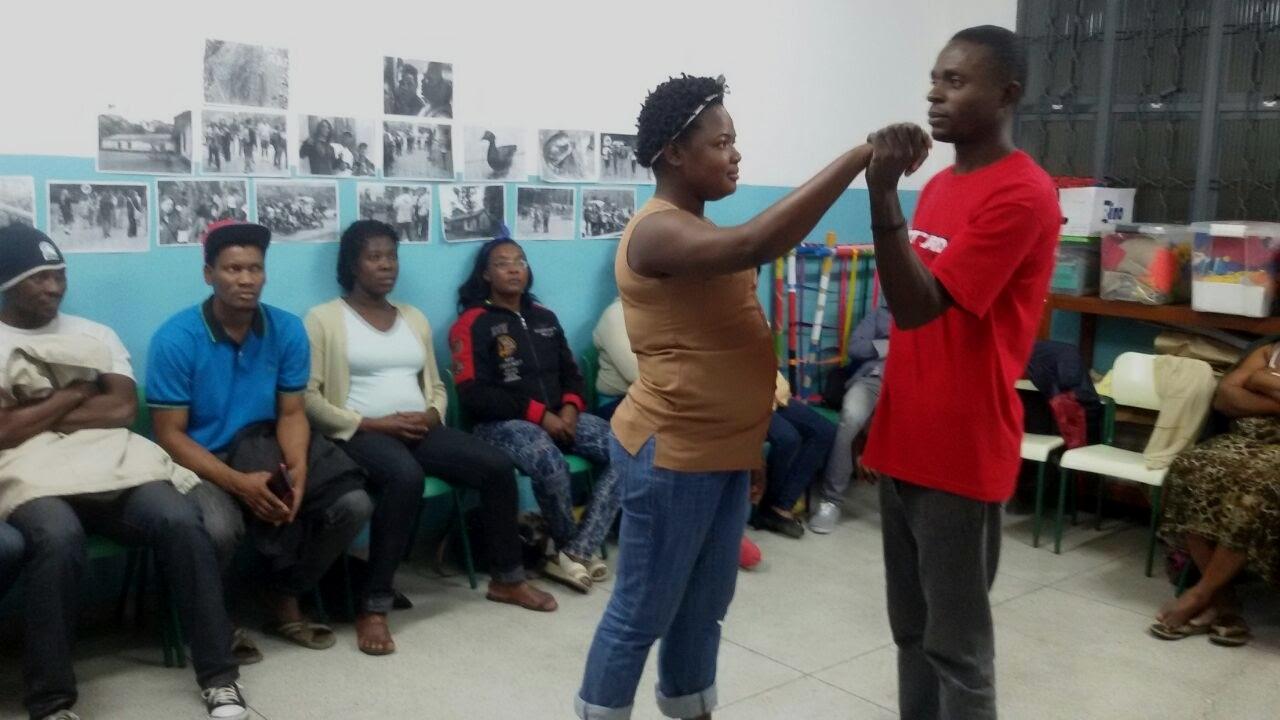 Oficina de dança haitiana pronovida pelos alunos migrantes em preparação para a Feira Cultural