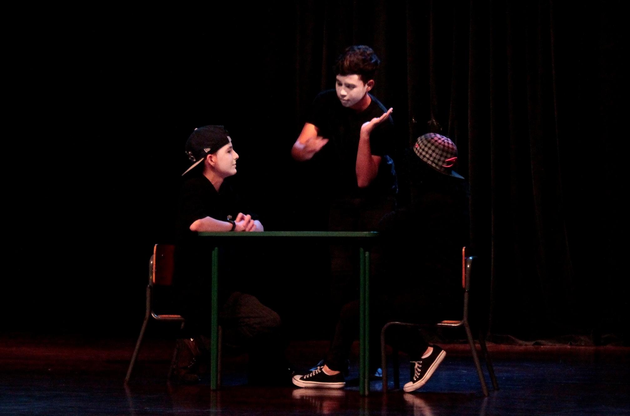 """Alunos do 7°, 8° e 9° anos da EMEBS Professora Vera Lúcia Aparecida Ribeiro participam do projeto """"Teatro em Libras"""""""