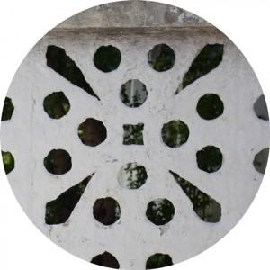 detalhe dos furos brancos de um cobogó em Olinda