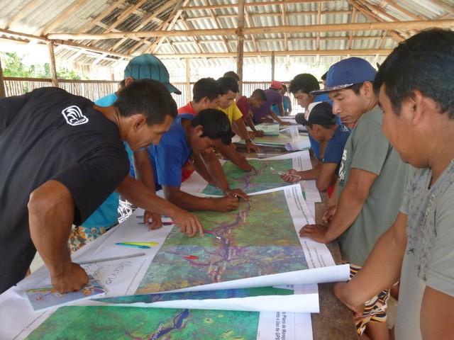 Comunidade Matapi cartografando em oficina de 2014 / Foto por Aline Scolfaro
