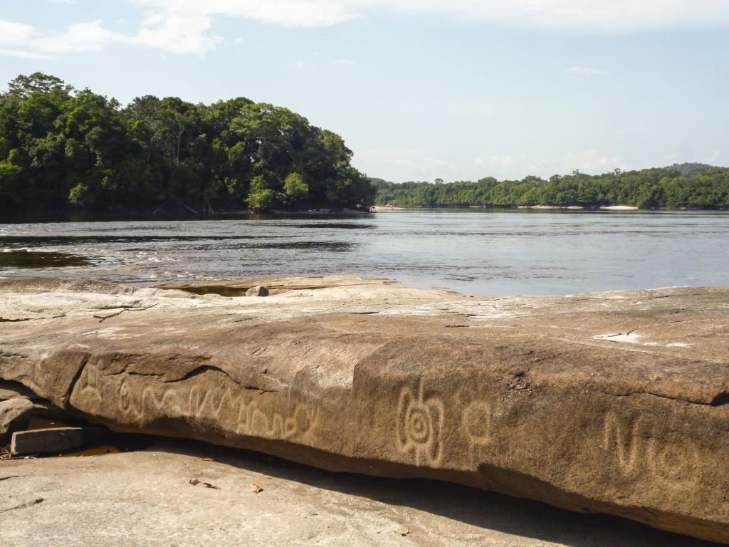 petróglifos desenhos em pedras fotografados na cartografia