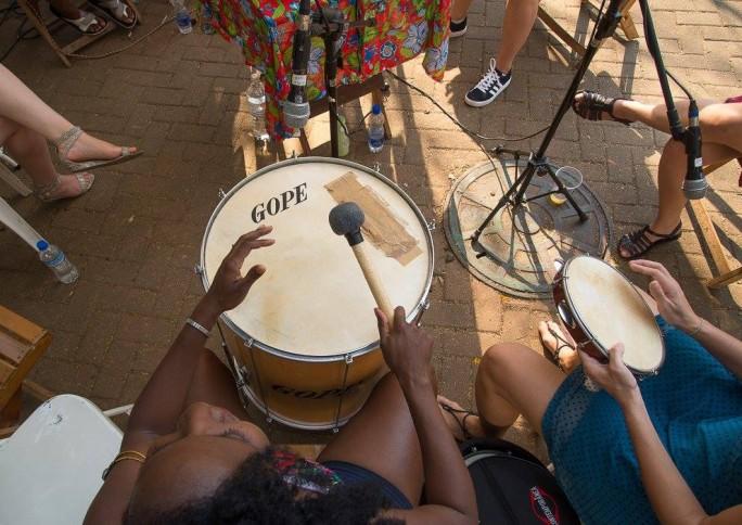 Rodas de samba compostas por mulheres ocupam e ressignificam o espaço público