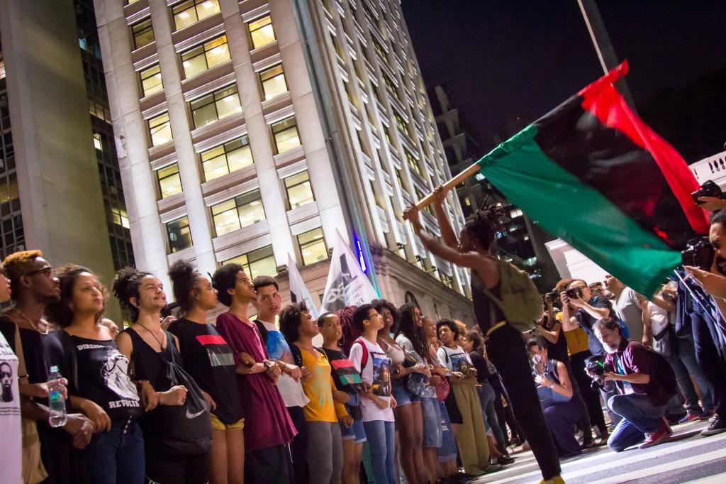 juventude levanta bandeira e faz manifestações