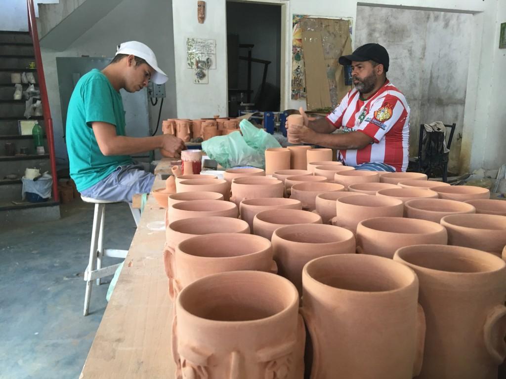 foto dos dois artesão produzindo copos