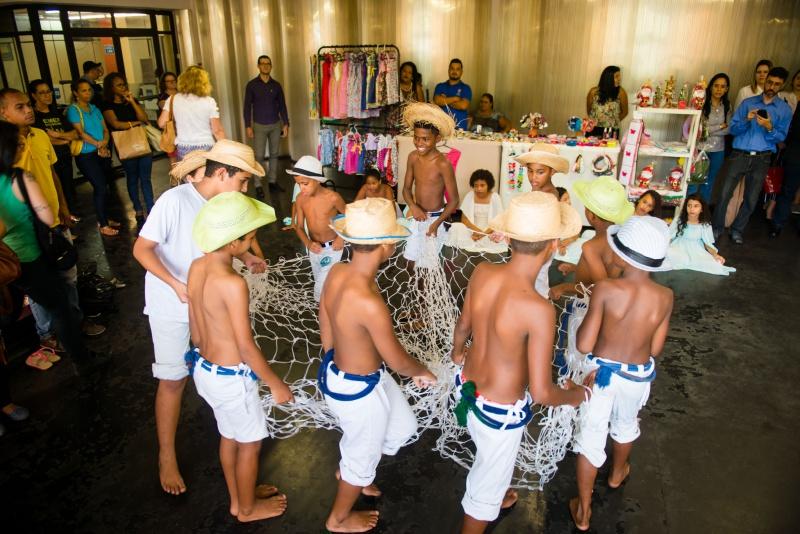 crianças em roda fazem apresentação cultura no palácio municipal da cidade
