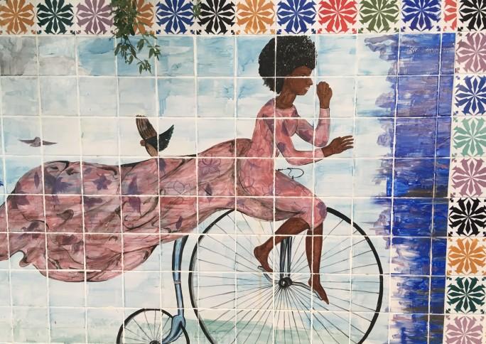 Por meio dos azulejos, ateliê de cerâmica mobiliza comunidade e transforma espaço público