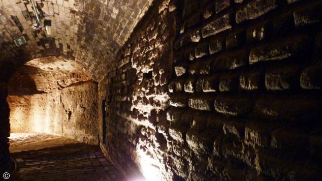 paredes com tijolos iluminados por luzes