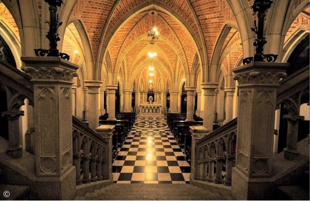 abóbadas, piso quadriculado e banco da cripta da sé