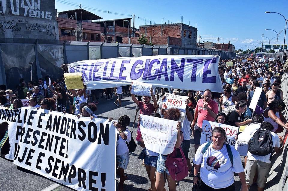 pessoas tomam as ruas para manifestar