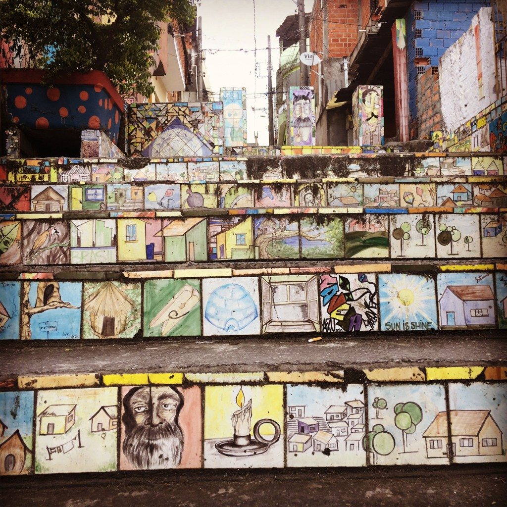 azulejos em todos os degraus de escadaria