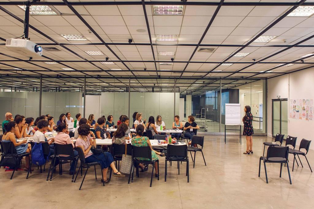 Issa conversa com educadoras e educadores da oficina / Foto por Sofia Colucci