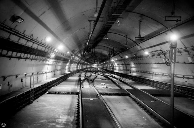 foto em preto e branco dos trens do metrô