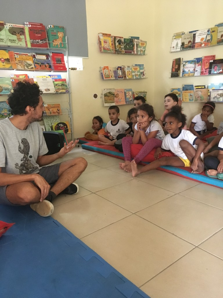 bruno conversa com as crianças
