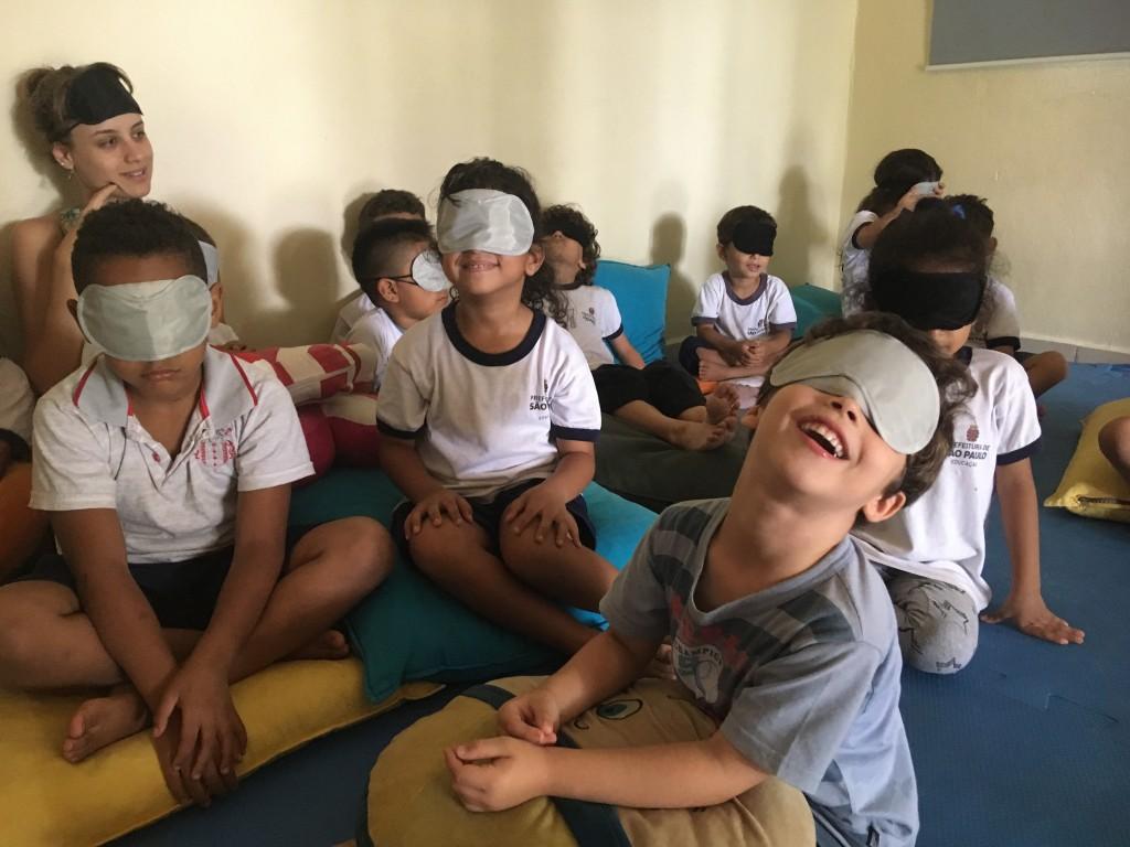 crianças vendadas rias e se divertem no projeto sonora