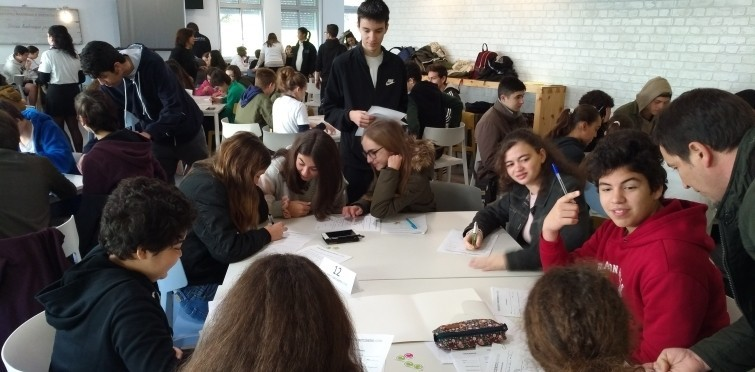 jovens participando das decisões em mesa