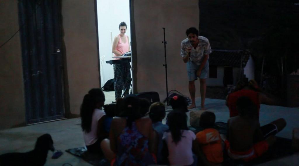 os músicos se apresentam para as crianças