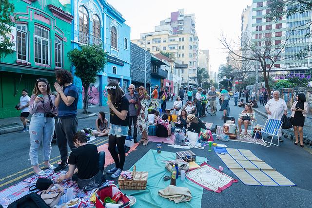 pessoas ocupam com tendas e cadeiras a rua augusta