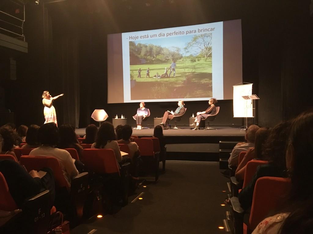 plateia assiste a apresentação da educadora Rita Jaqueline