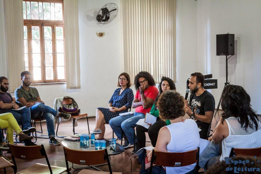 pessoas em roda assistem os palestrantes falando sobre gestão e autogestão