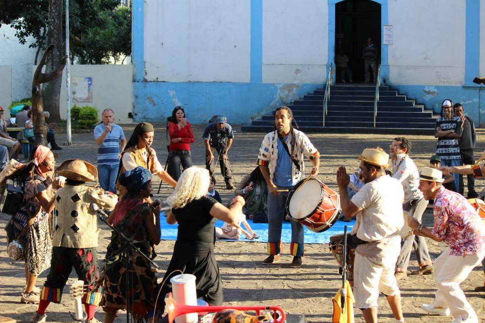 músicos e atores se apresentam na frente da igreja