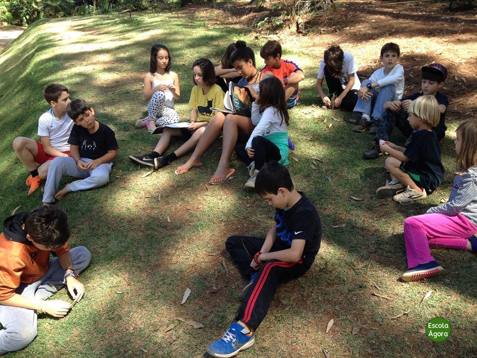 crianças relaxam na natureza