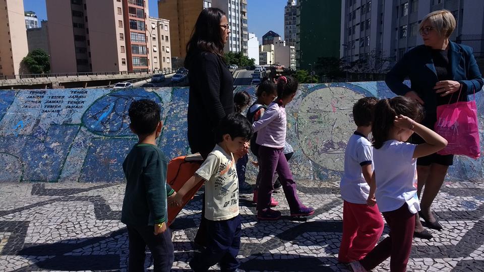 crianças andam pelo centro de são paulo