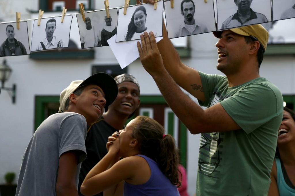 Moradores de Diamantina (MG) observam o Varal de Histórias / Crédito: Gustavo Nolasco