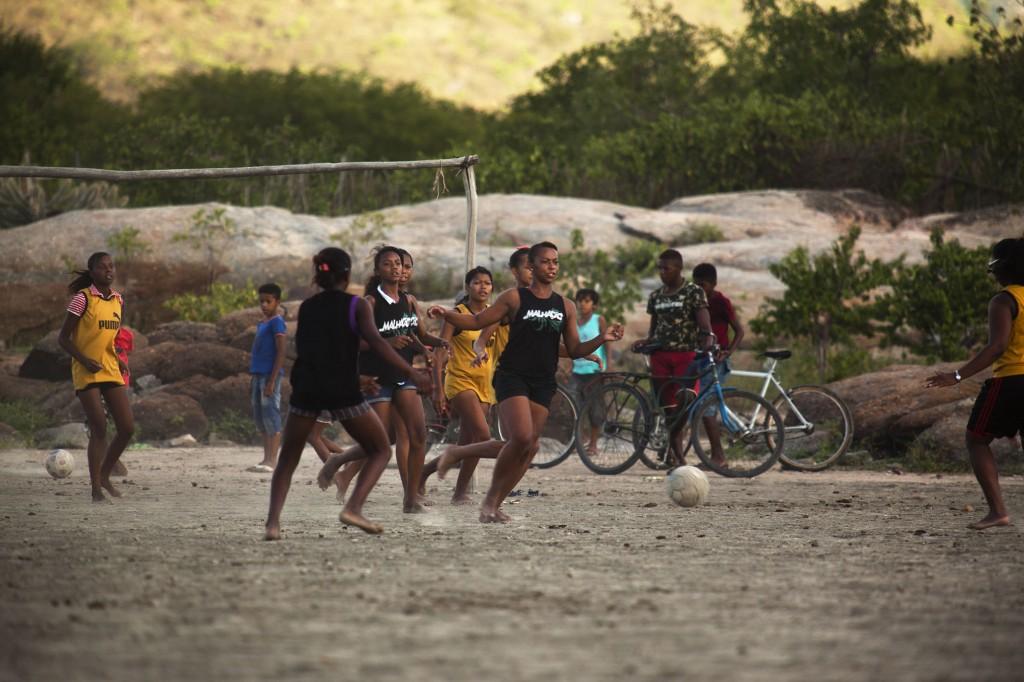 meninas jogam futebol em campos de areia