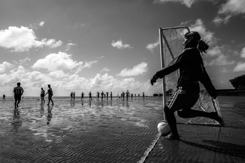 menina joga perto do mar