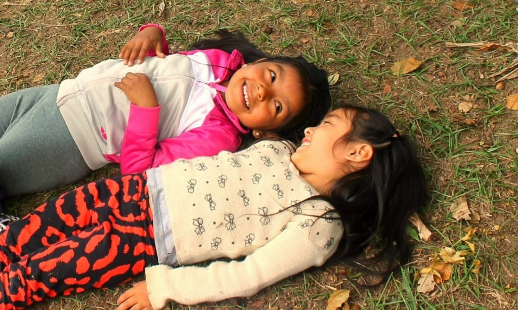 duas meninas na grama