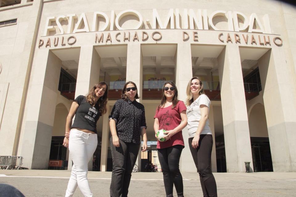 as jornalistas do dibradoras estão na frente do museu