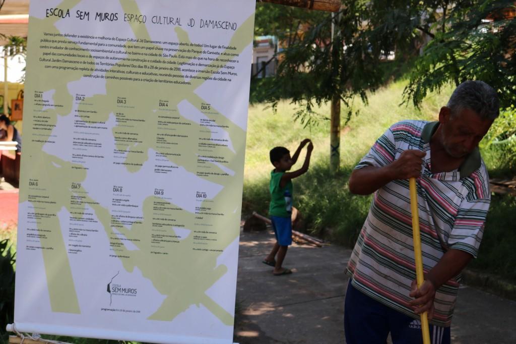 folder do projeto colocado no meio do centro cultural