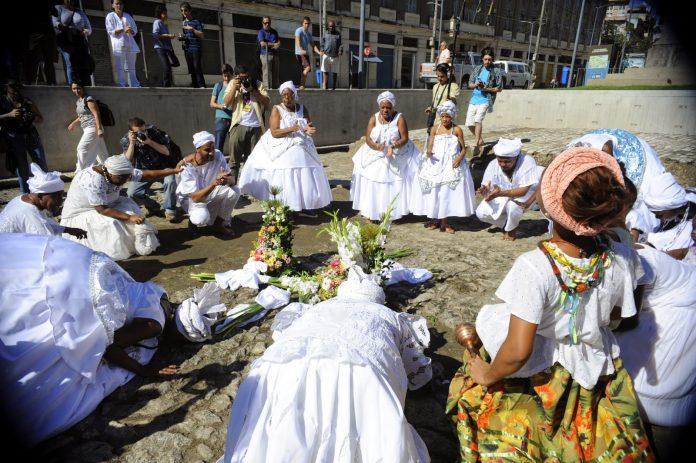 mães de santo lavam o cais