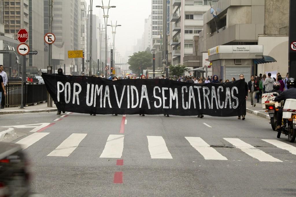 jovens se manifestam nas ruas da avenida paulista em 2013