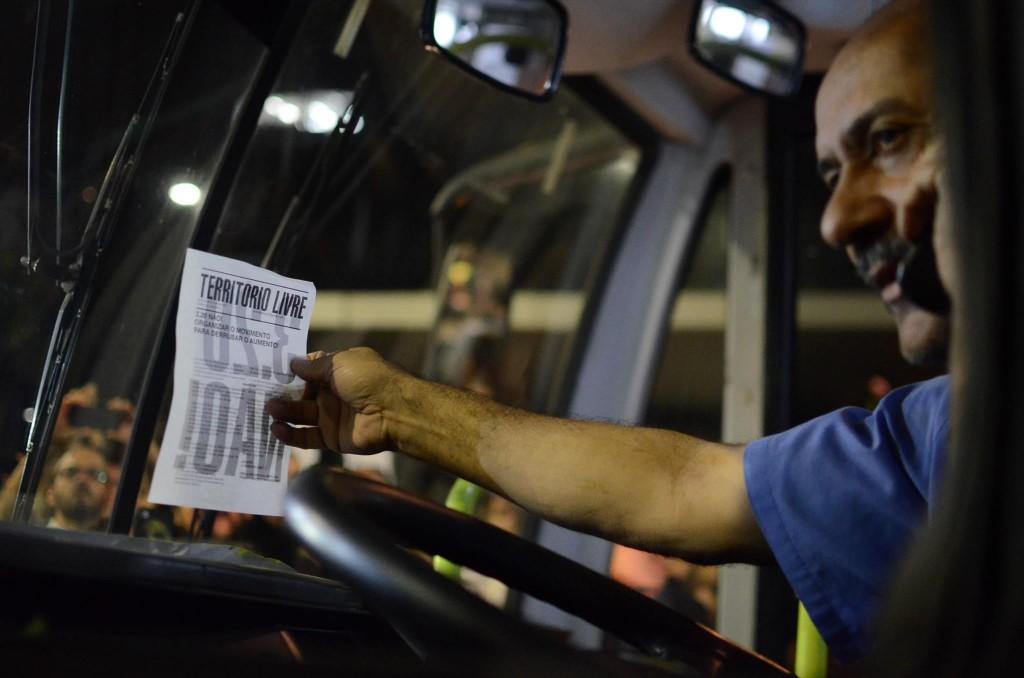 motorista segura cartaz em manifestação