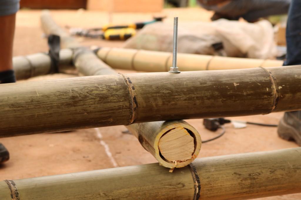 estrutura de bambu com prego