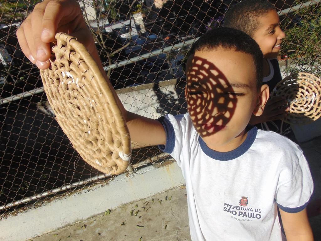 criança segura artefato indígena