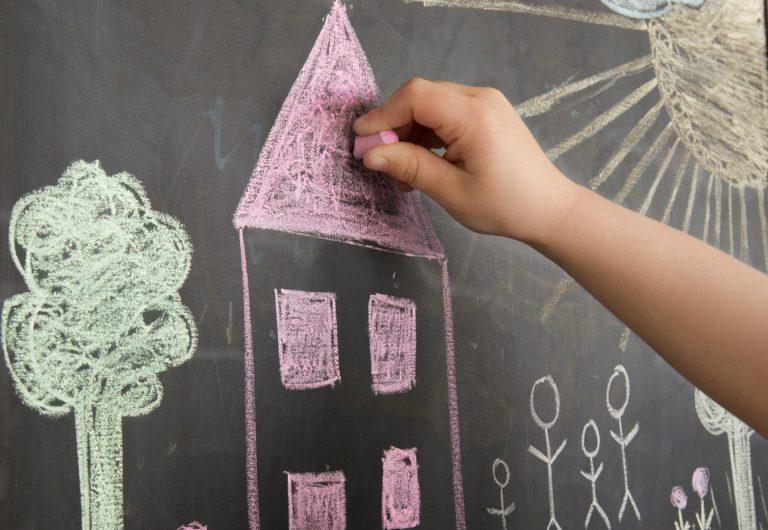 casa desenhada numa lousa