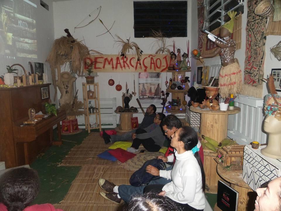 pessoas assistem filme dentro de museu pankararu