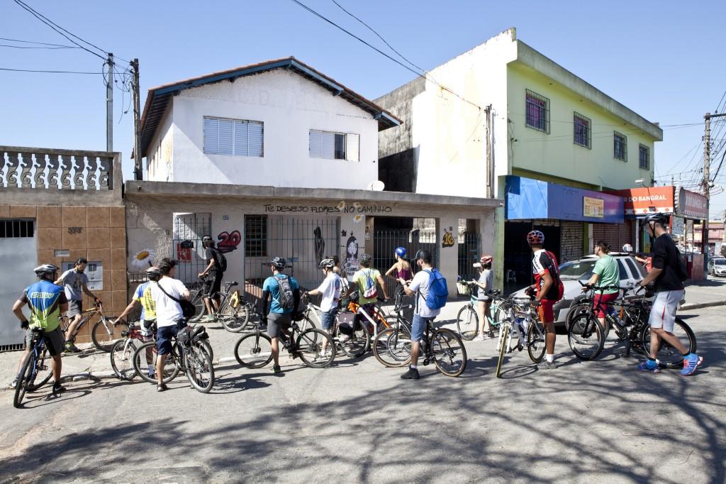 pessoas andam de bicicleta e conhecem a arte urbana na zona sul de são paulo
