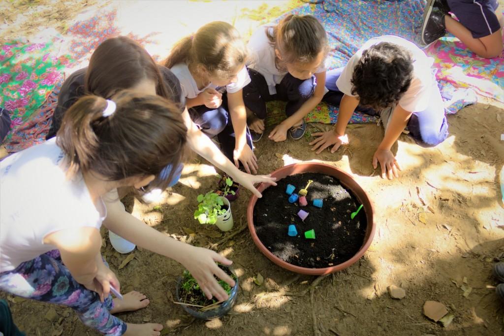 Crianças brincam na terra