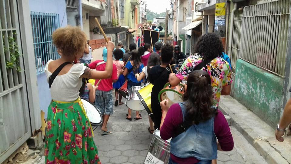 cortejo de maracatu acontece nas ruas de diadema