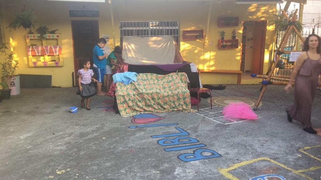 crianças montam tendas de livros